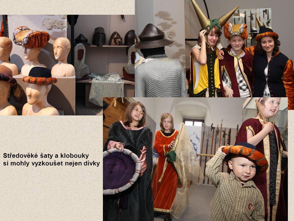 Středověké šaty a klobouky si mohly vyzkoušet nejen dívky