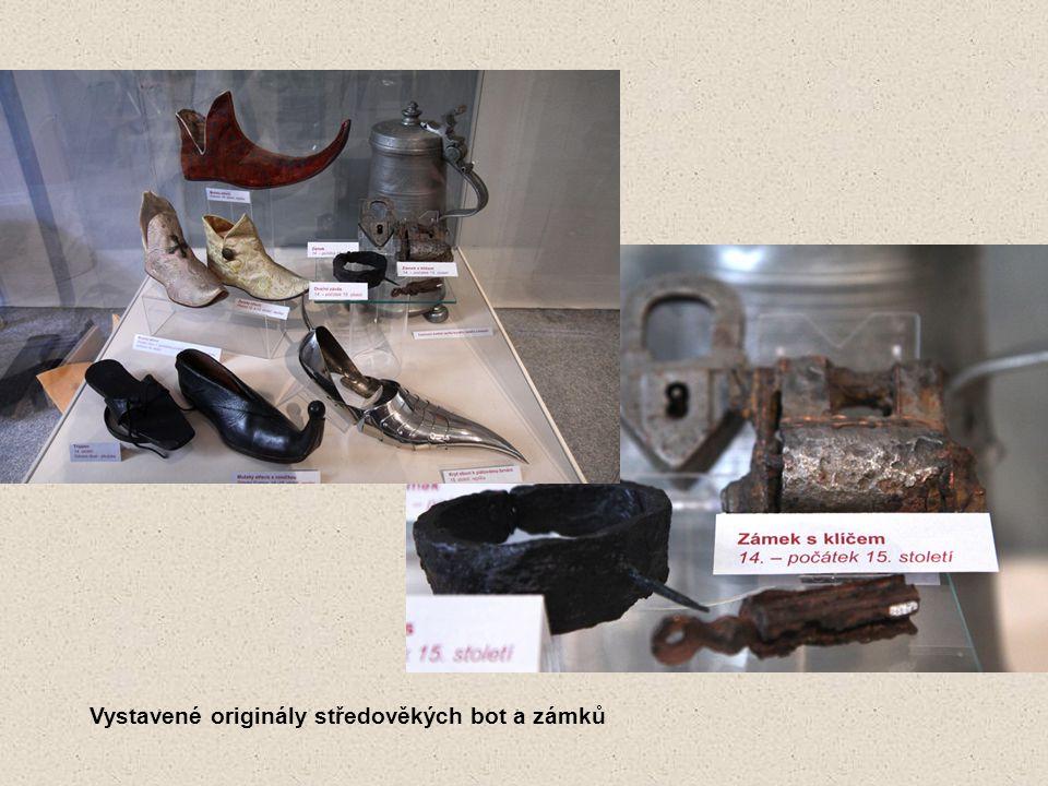 Vystavené originály středověkých bot a zámků