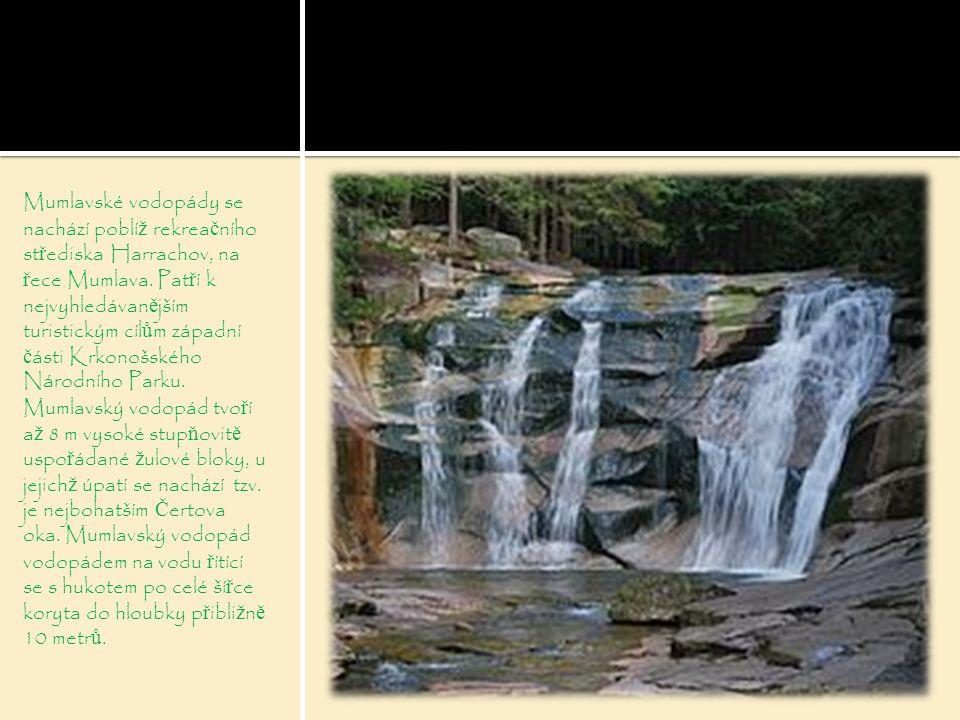 Mumlavské vodopády se nachází poblí ž rekrea č ního st ř ediska Harrachov, na ř ece Mumlava. Pat ř í k nejvyhledávan ě jším turistickým cíl ů m západn