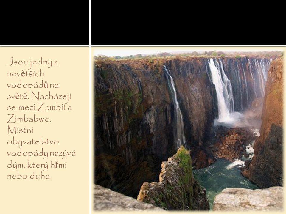 Jsou jedny z nev ě tších vodopád ů na sv ě t ě. Nacházejí se mezi Zambií a Zimbabwe. Místní obyvatelstvo vodopády nazývá dým, který h ř mí nebo duha.