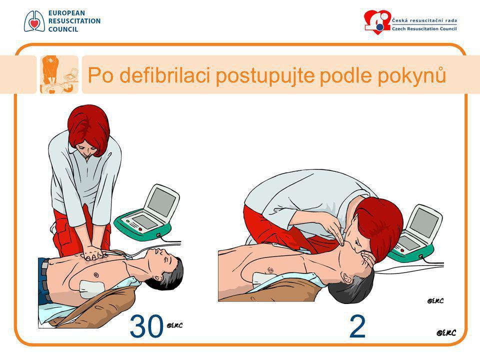 30 2 Po defibrilaci postupujte podle pokynů
