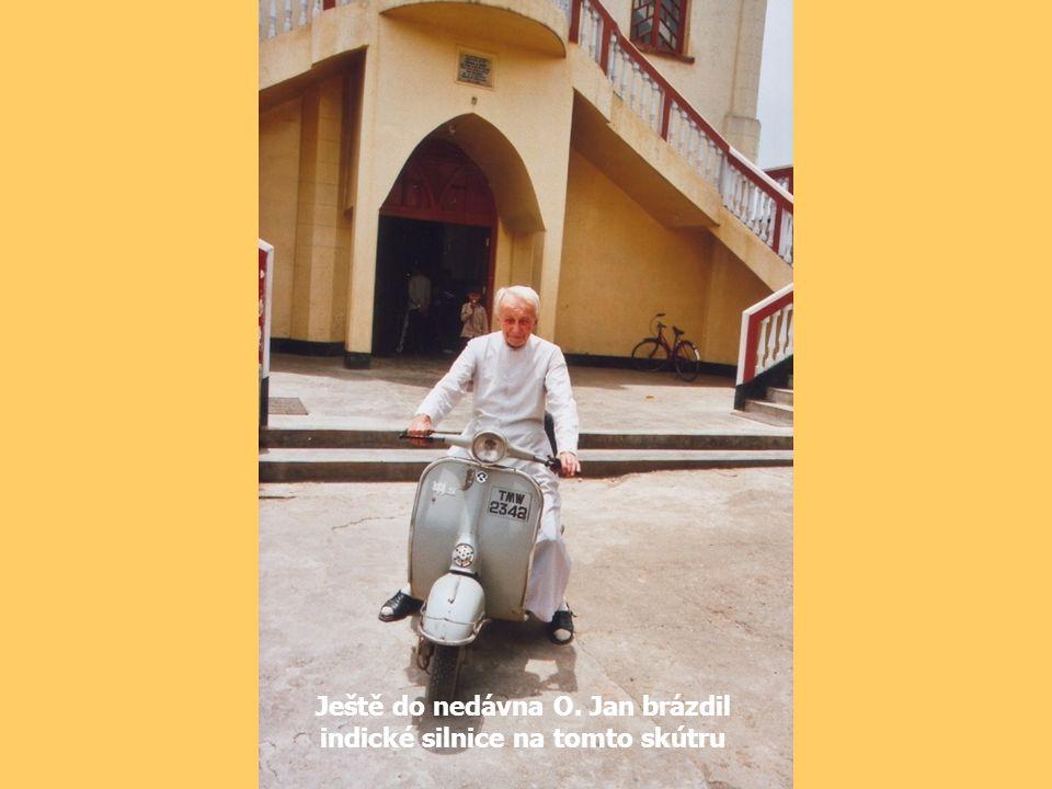 Ještě do nedávna O. Jan brázdil indické silnice na tomto skútru