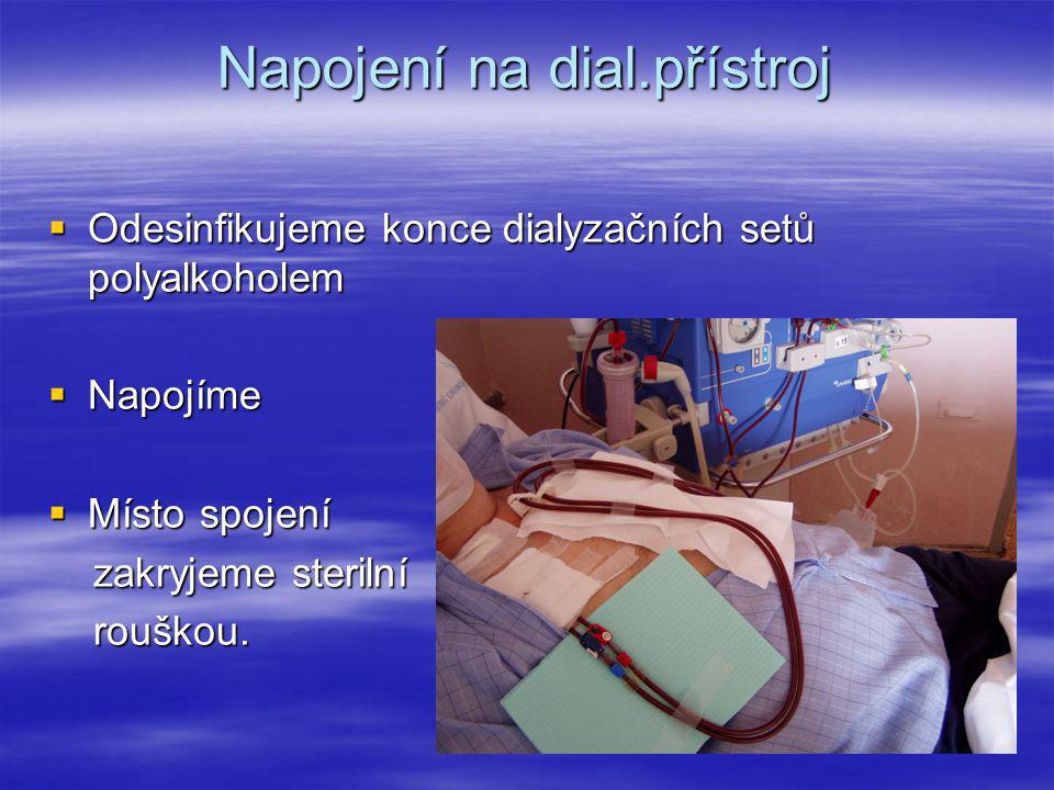 Napojení na dial.přístroj  Odesinfikujeme konce dialyzačních setů polyalkoholem  Napojíme  Místo spojení zakryjeme sterilní zakryjeme sterilní rouš