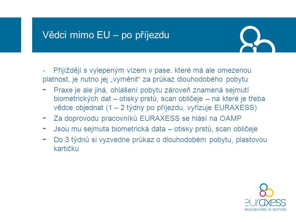 """Vědci mimo EU – po příjezdu - Přijíždějí s vylepeným vízem v pase, které má ale omezenou platnost, je nutno jej """"vyměnit za průkaz dlouhodobého pobytu - Praxe je ale jiná, ohlášení pobytu zároveň znamená sejmutí biometrických dat – otisky prstů, scan obličeje – na které je třeba vědce objednat (1 – 2 týdny po příjezdu, vyřizuje EURAXESS) - Za doprovodu pracovníků EURAXESS se hlásí na OAMP - Jsou mu sejmuta biometrická data – otisky prstů, scan obličeje - Do 3 týdnů si vyzvedne průkaz o dlouhodobém pobytu, plastovou kartičku"""