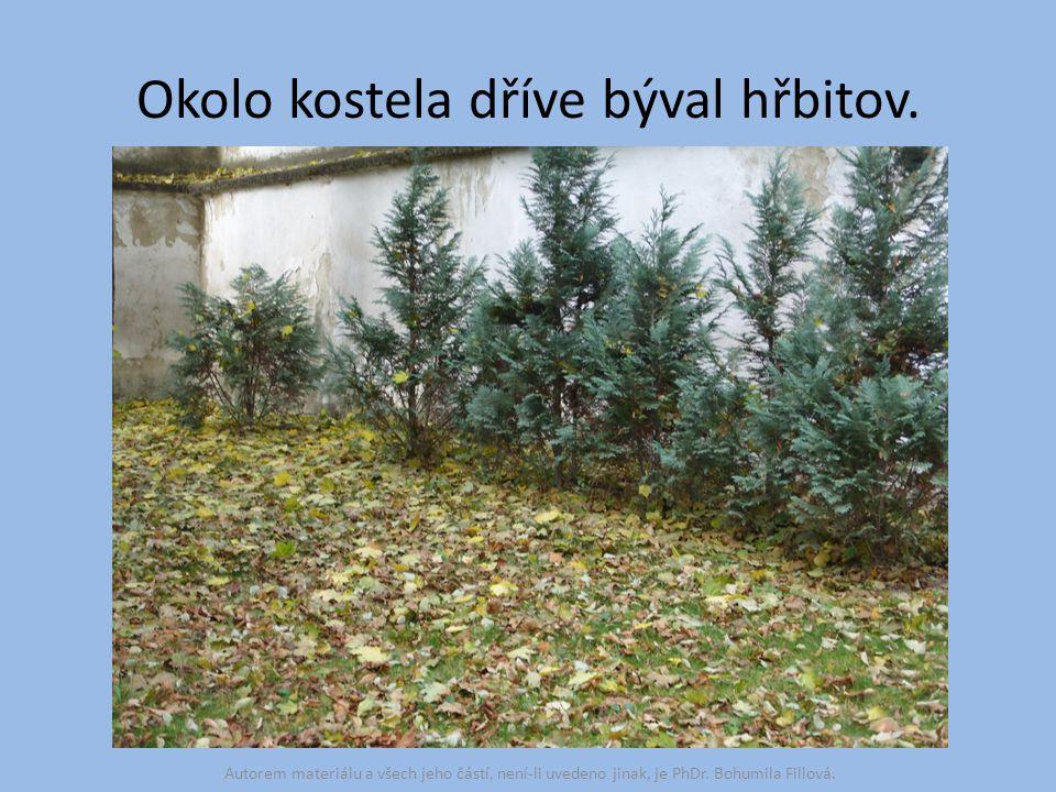 Okolo kostela dříve býval hřbitov. Autorem materiálu a všech jeho částí, není-li uvedeno jinak, je PhDr. Bohumila Fillová.