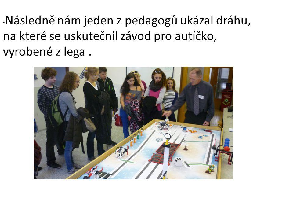 Následně nám jeden z pedagogů ukázal dráhu, na které se uskutečnil závod pro autíčko, vyrobené z lega.