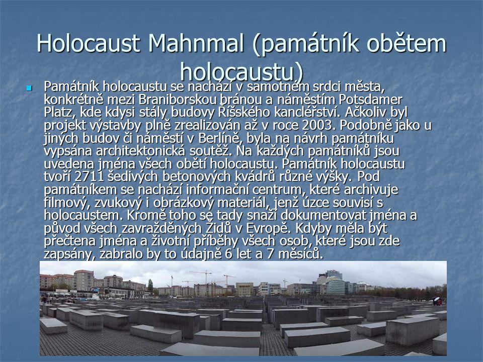 Holocaust Mahnmal (památník obětem holocaustu) Památník holocaustu se nachází v samotném srdci města, konkrétně mezi Braniborskou bránou a náměstím Potsdamer Platz, kde kdysi stály budovy Říšského kancléřství.