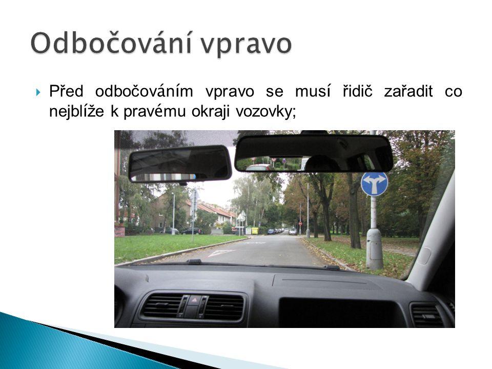  Před odbočov á n í m vpravo se mus í řidič zařadit co nejbl í že k prav é mu okraji vozovky;