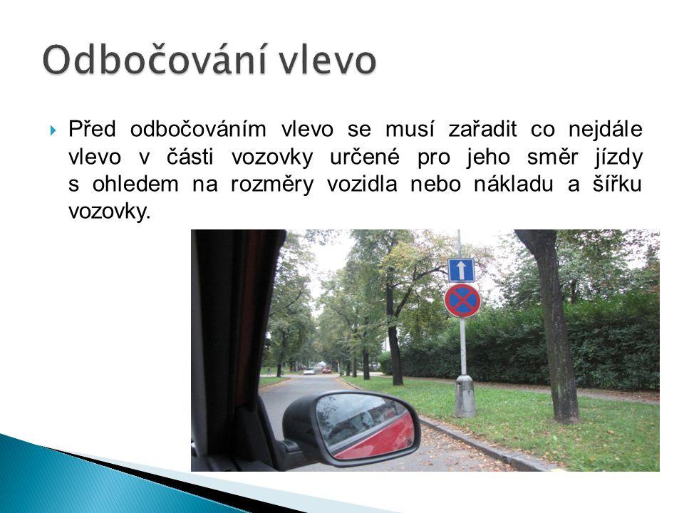  Před odbočováním vlevo se musí zařadit co nejdále vlevo v části vozovky určené pro jeho směr jízdy s ohledem na rozměry vozidla nebo nákladu a šířku