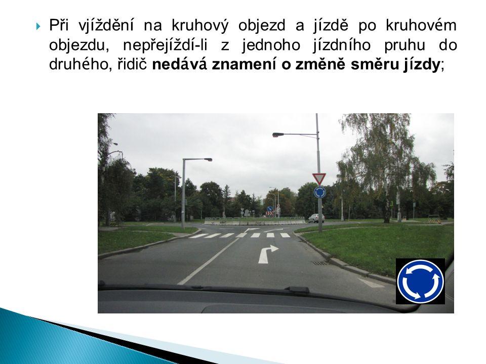  při vyj í žděn í z kruhov é ho objezdu řidič je povinen d á t znamen í o změně směru j í zdy.