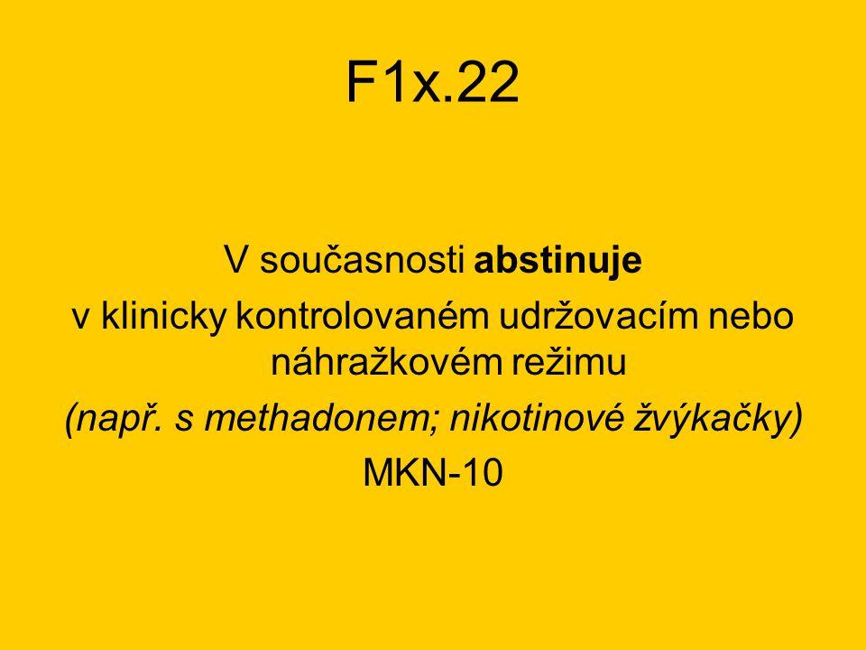 F1x.22 V současnosti abstinuje v klinicky kontrolovaném udržovacím nebo náhražkovém režimu (např.