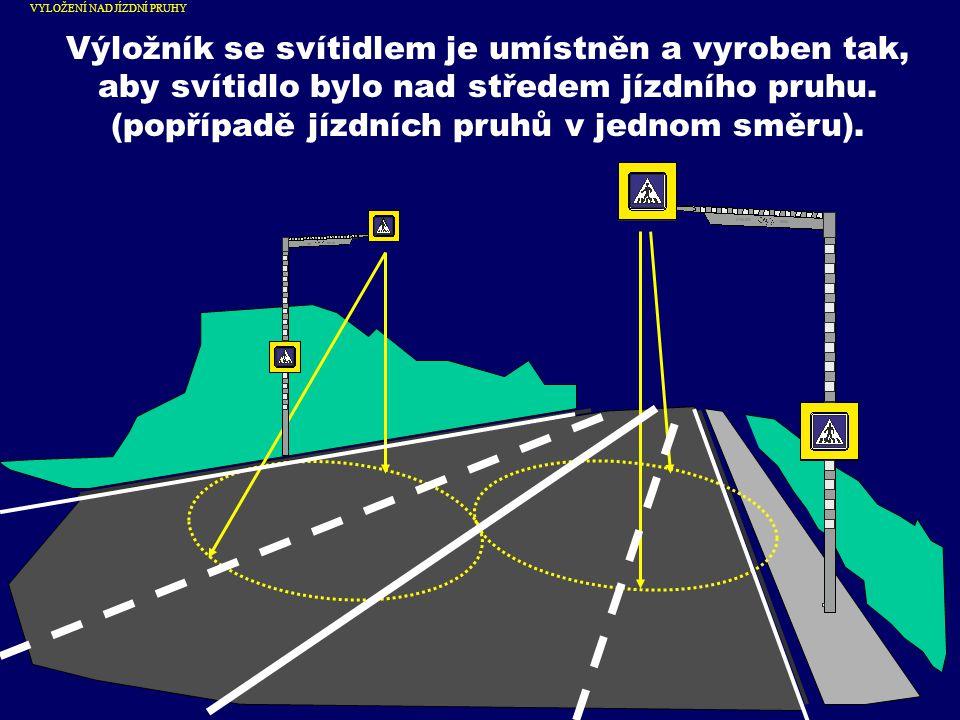 Na výložníku jsou umístněny dopravní značky č.