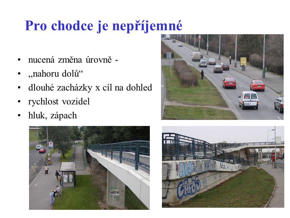 """Pro chodce je nepříjemné •nucená změna úrovně - •""""nahoru dolů •dlouhé zacházky x cíl na dohled •rychlost vozidel •hluk, zápach"""