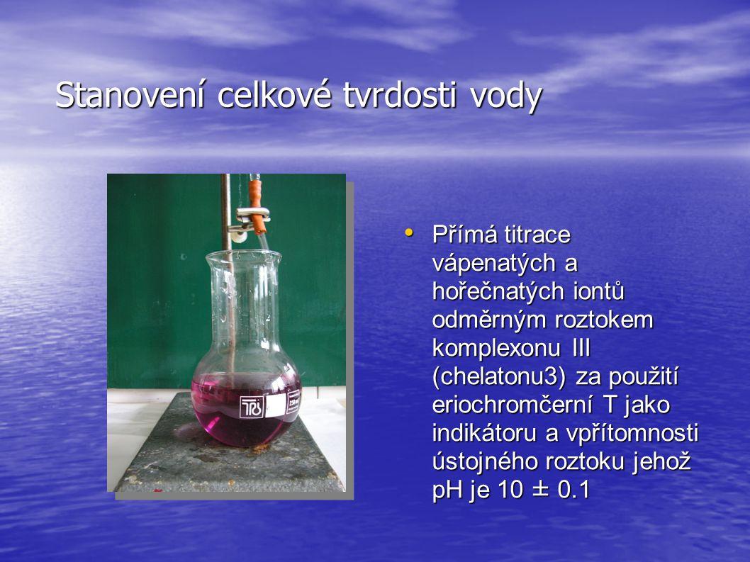 Stanovení celkové tvrdosti vody • Přímá titrace vápenatých a hořečnatých iontů odměrným roztokem komplexonu III (chelatonu3) za použití eriochromčerní T jako indikátoru a vpřítomnosti ústojného roztoku jehož pH je 10 ± 0.1