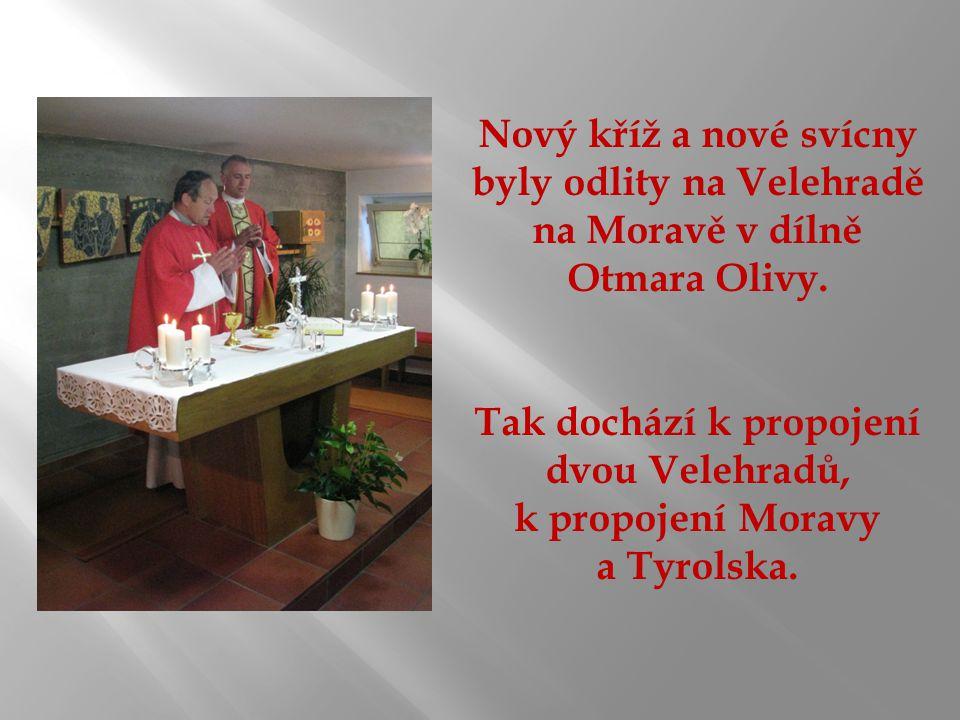 Nový kříž a nové svícny byly odlity na Velehradě na Moravě v dílně Otmara Olivy.