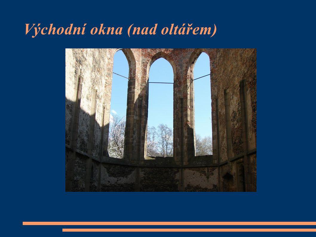 Východní okna (nad oltářem)