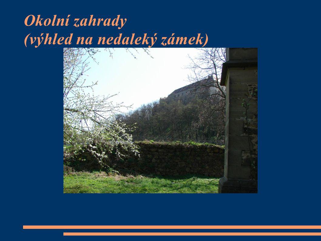 Okolní zahrady (výhled na nedaleký zámek)