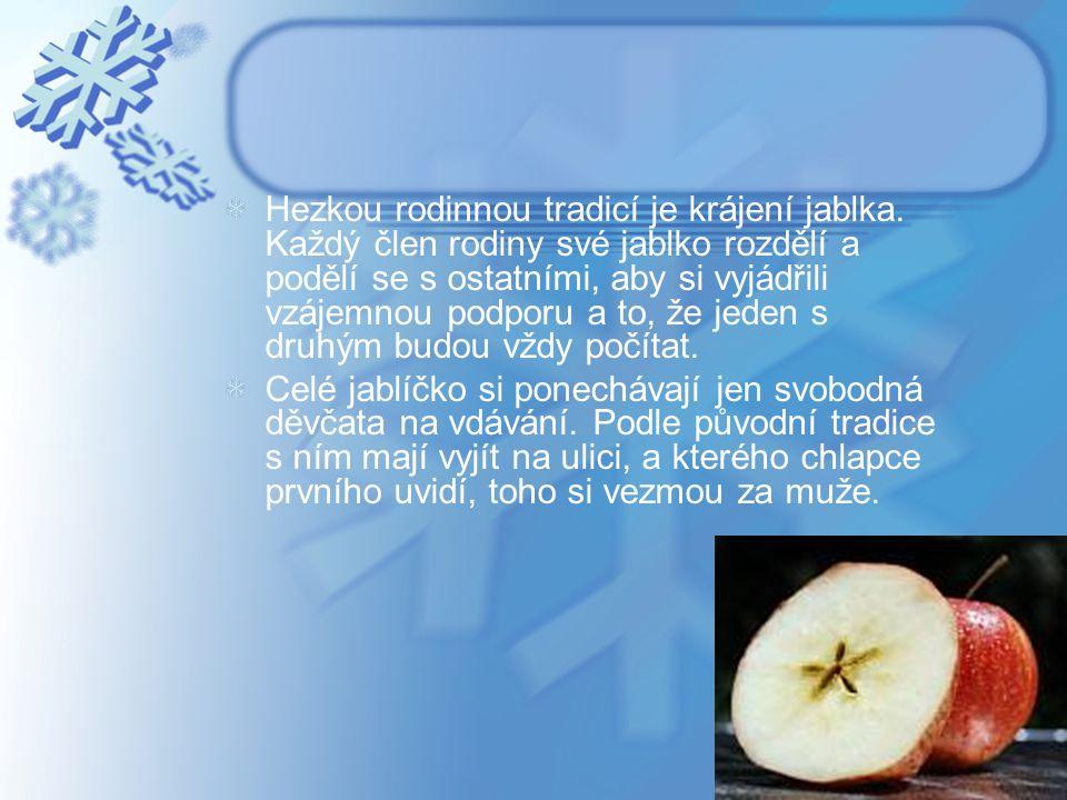 Hezkou rodinnou tradicí je krájení jablka. Každý člen rodiny své jablko rozdělí a podělí se s ostatními, aby si vyjádřili vzájemnou podporu a to, že j