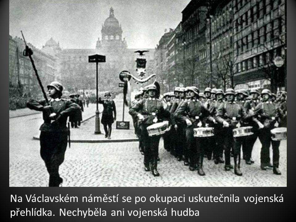 Na Václavském náměstí se po okupaci uskutečnila vojenská přehlídka. Nechyběla ani vojenská hudba