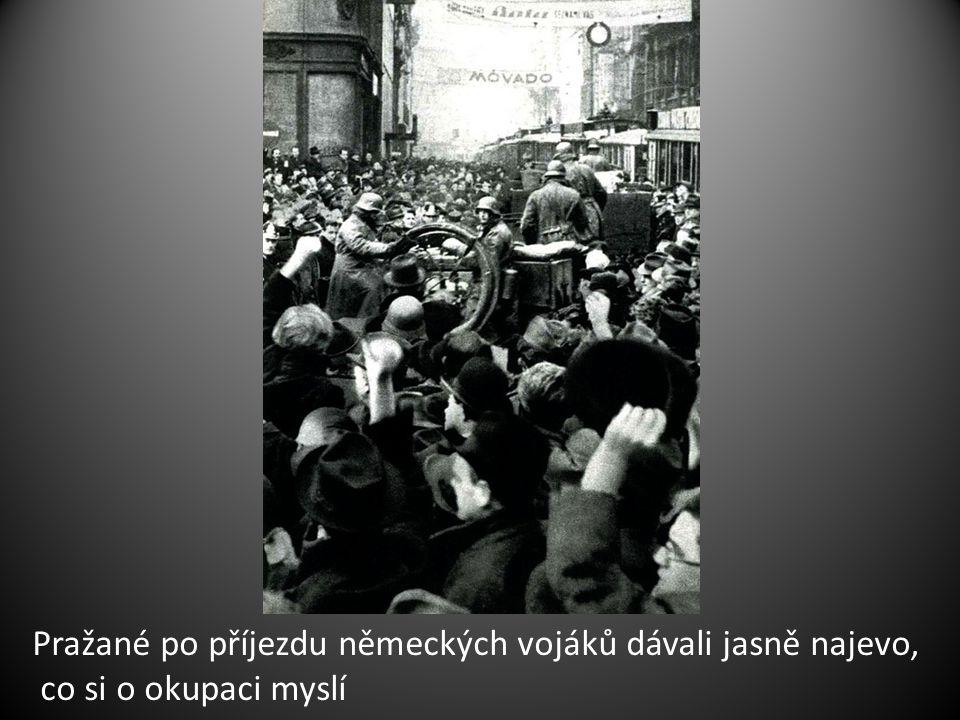 Pražané po příjezdu německých vojáků dávali jasně najevo, co si o okupaci myslí