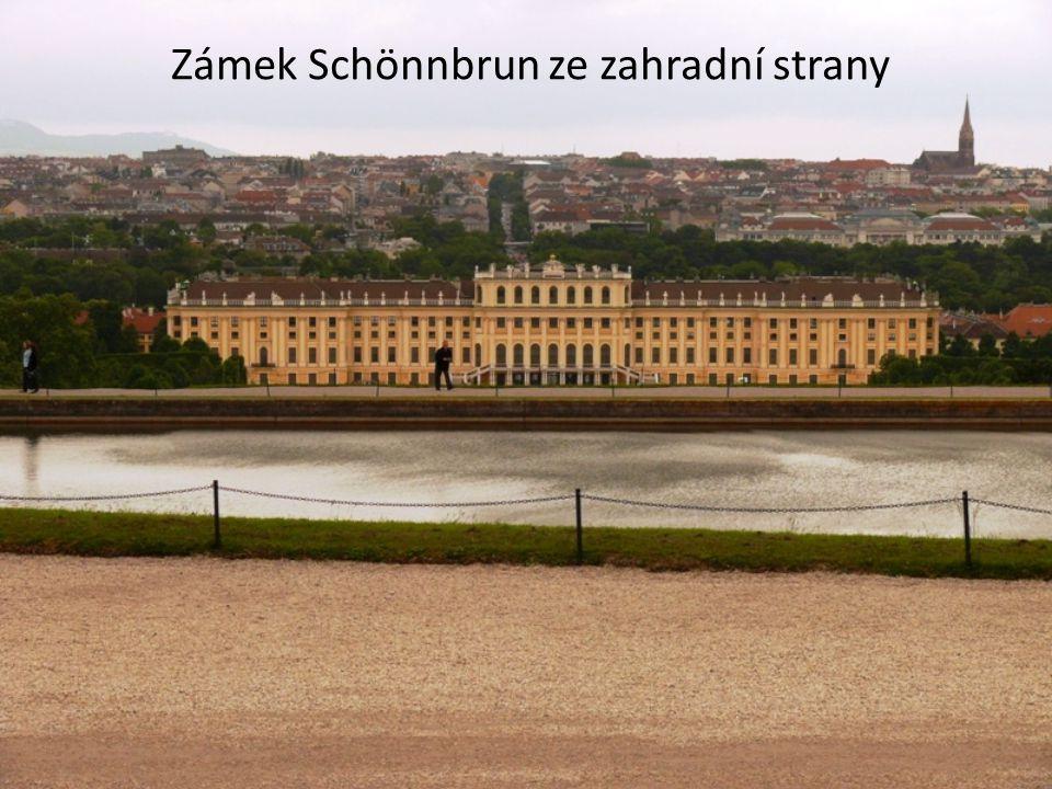 Hofburg • Zimní rezidence habsburského rodu • Sídlo prezidenta Rakouské republiky • Světská a církevní pokladnice (Schatzkammer): Koruna Svaté říše římské + ostatní korunovační klenoty (původně měla být uložena na Karlštejně)