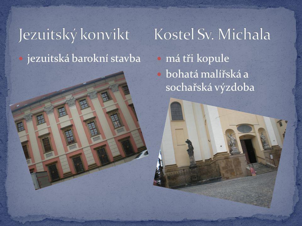  jezuitská barokní stavba  má tři kopule  bohatá malířská a sochařská výzdoba
