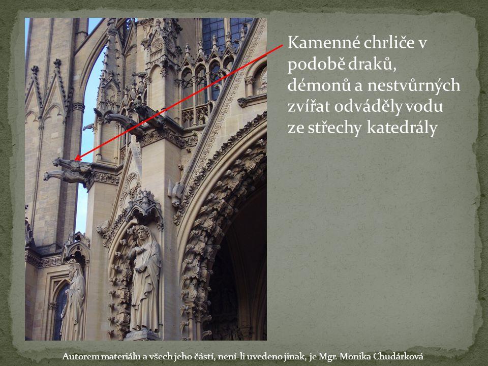 Kamenné chrliče v podobě draků, démonů a nestvůrných zvířat odváděly vodu ze střechy katedrály Autorem materiálu a všech jeho částí, není-li uvedeno j