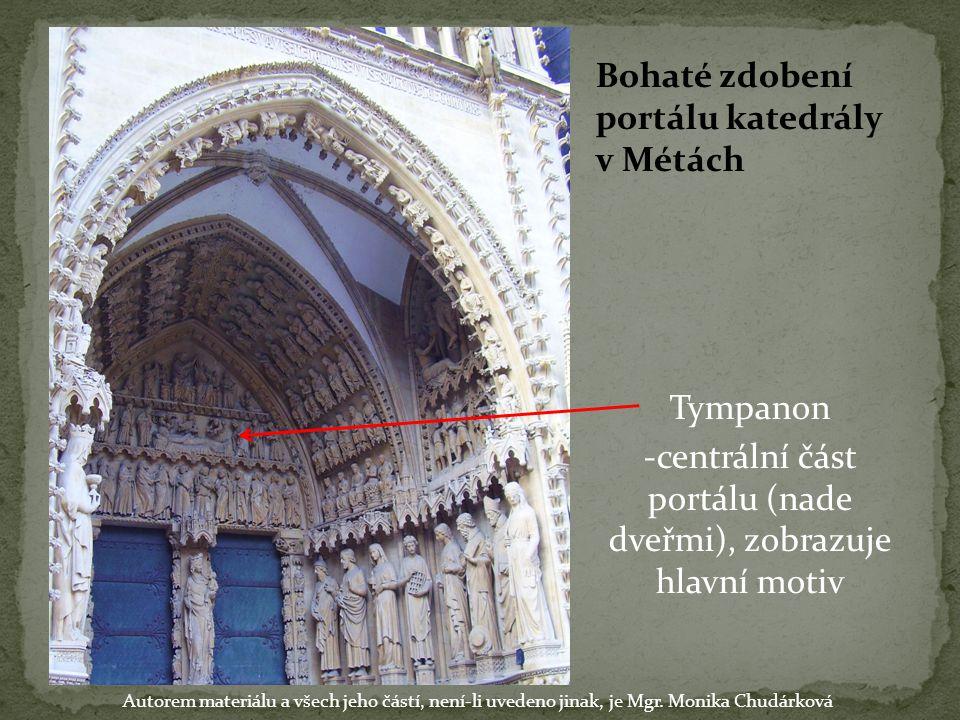 Bohaté zdobení portálu katedrály v Métách Tympanon -centrální část portálu (nade dveřmi), zobrazuje hlavní motiv Autorem materiálu a všech jeho částí,
