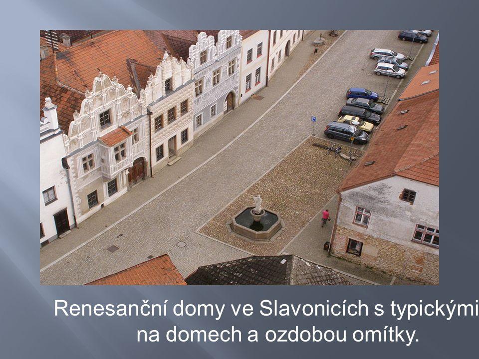 Renesanční domy ve Slavonicích s typickými štíty na domech a ozdobou omítky.