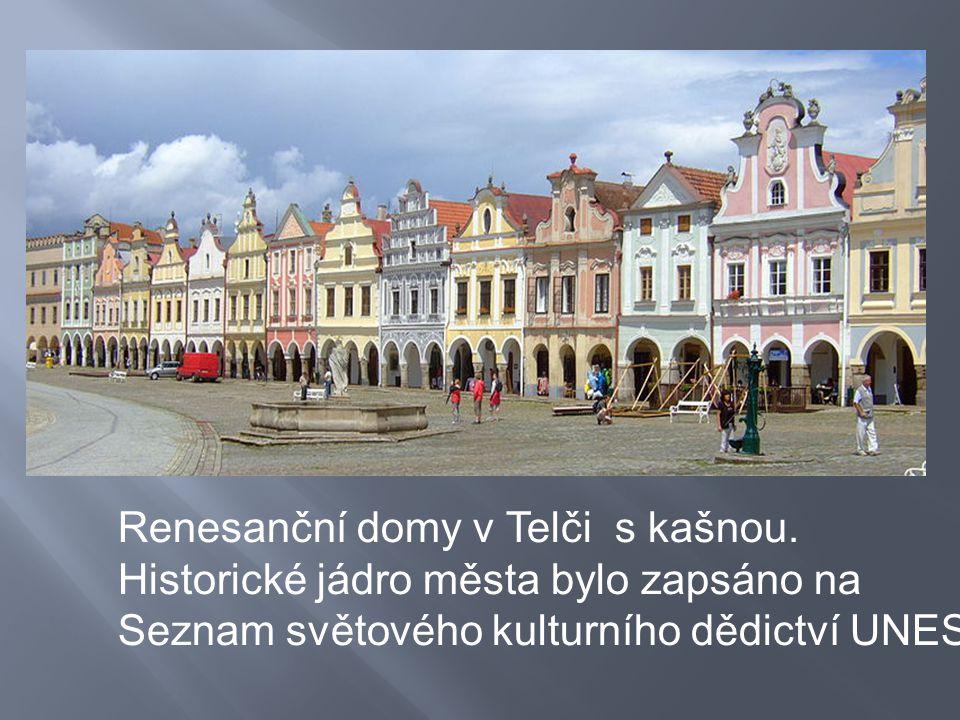 Renesanční domy v Telči s kašnou. Historické jádro města bylo zapsáno na Seznam světového kulturního dědictví UNESCO.