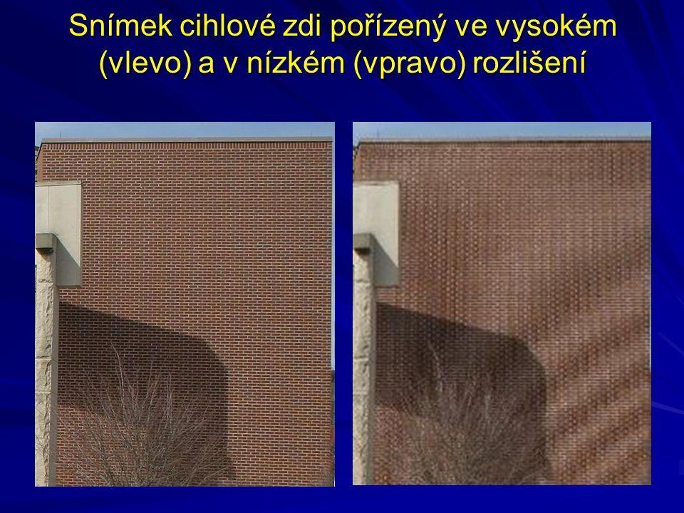 Snímek cihlové zdi pořízený ve vysokém (vlevo) a v nízkém (vpravo) rozlišení