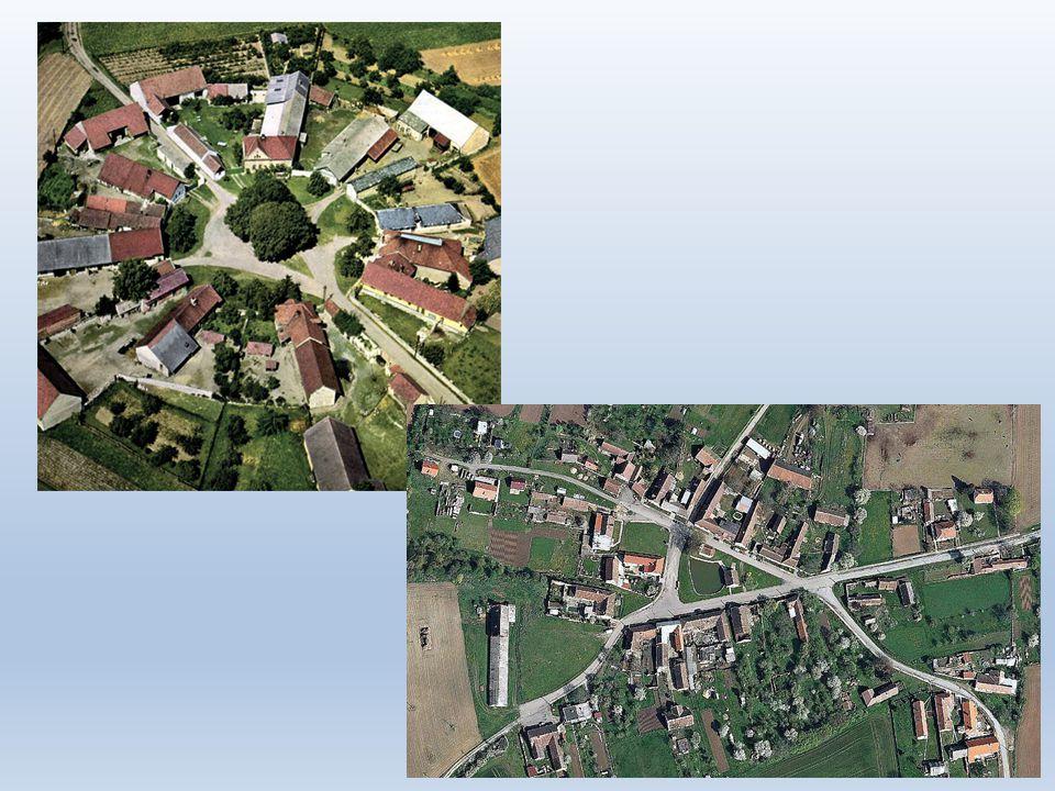 • Vesnice v blízkosti většího města – nárůst počtu obyvatel (suburbanizace), -městský typ domů (velká okna, balkóny) -nárůst dopravy a služeb = ztráta venkovského charakteru