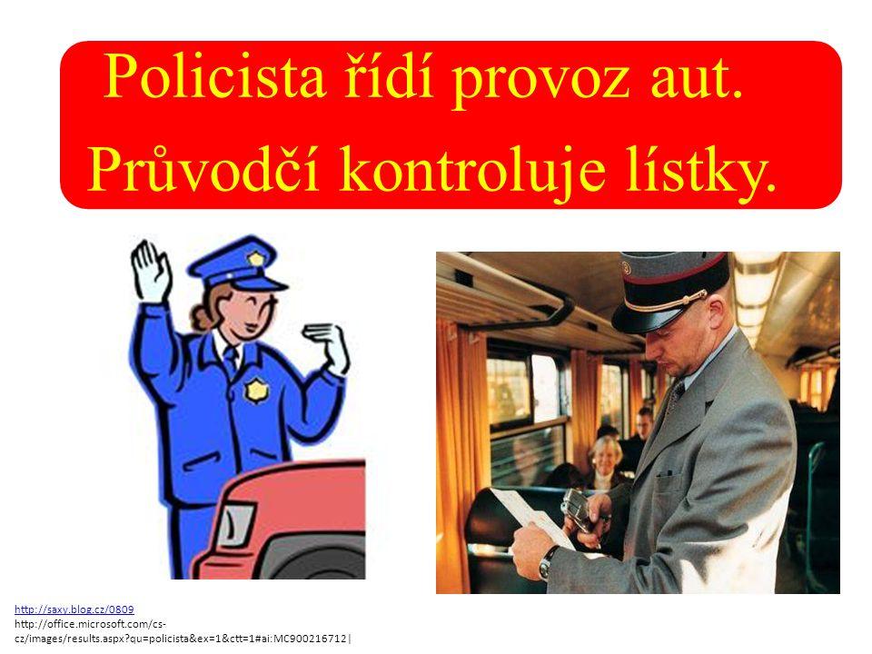 Policista řídí provoz aut. Průvodčí kontroluje lístky.