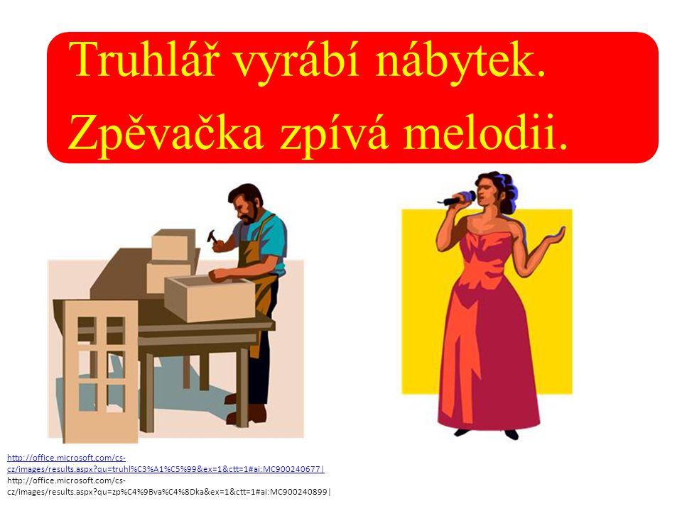 Truhlář vyrábí nábytek. Zpěvačka zpívá melodii.