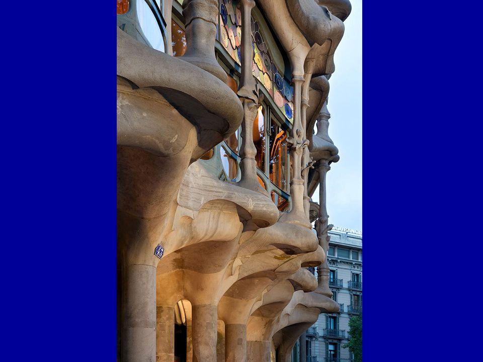 Gaudí byl své stavby navrhoval do posledního detailu, včetně nábytku, okenních úchytek, dveřních klik apod.