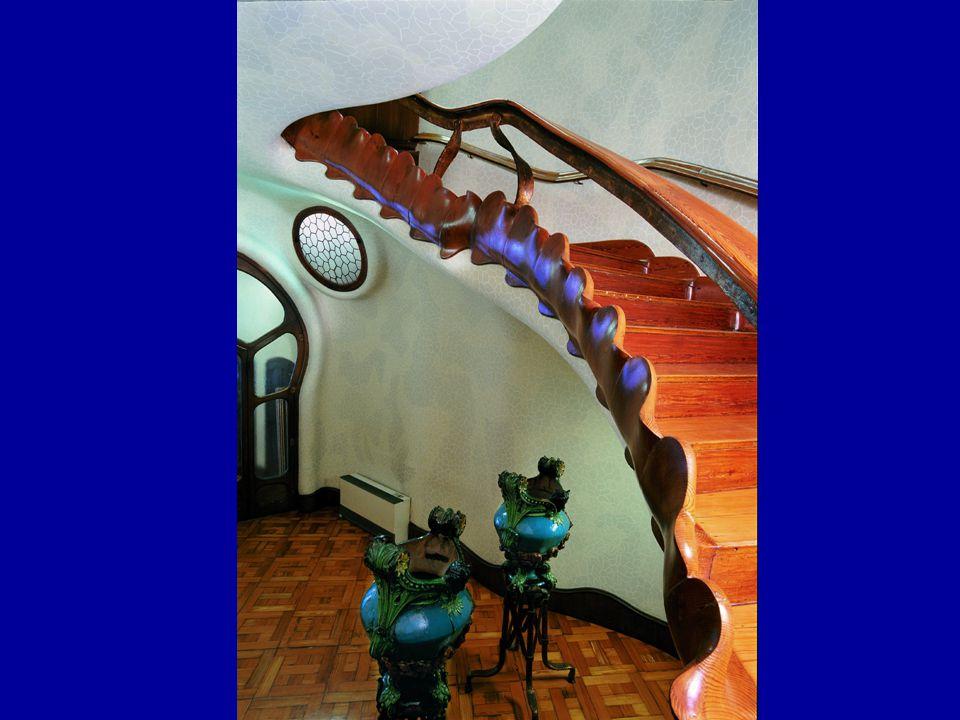 Vedlejší schodiště vedoucí k bytům ostatních nájemců domu, stejně jako společné prostory pro ostatní nájemce, evokují podvodní svět – modrá barva, vlnící se zábradlí…
