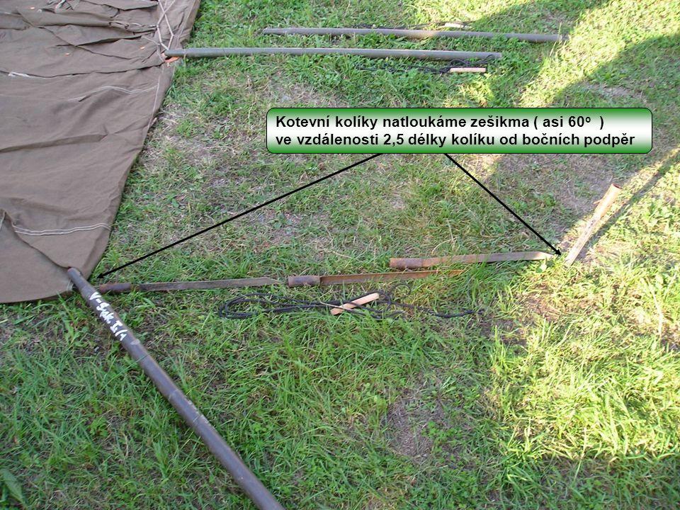 Kotevní kolíky natloukáme zešikma ( asi 60 o ) ve vzdálenosti 2,5 délky kolíku od bočních podpěr
