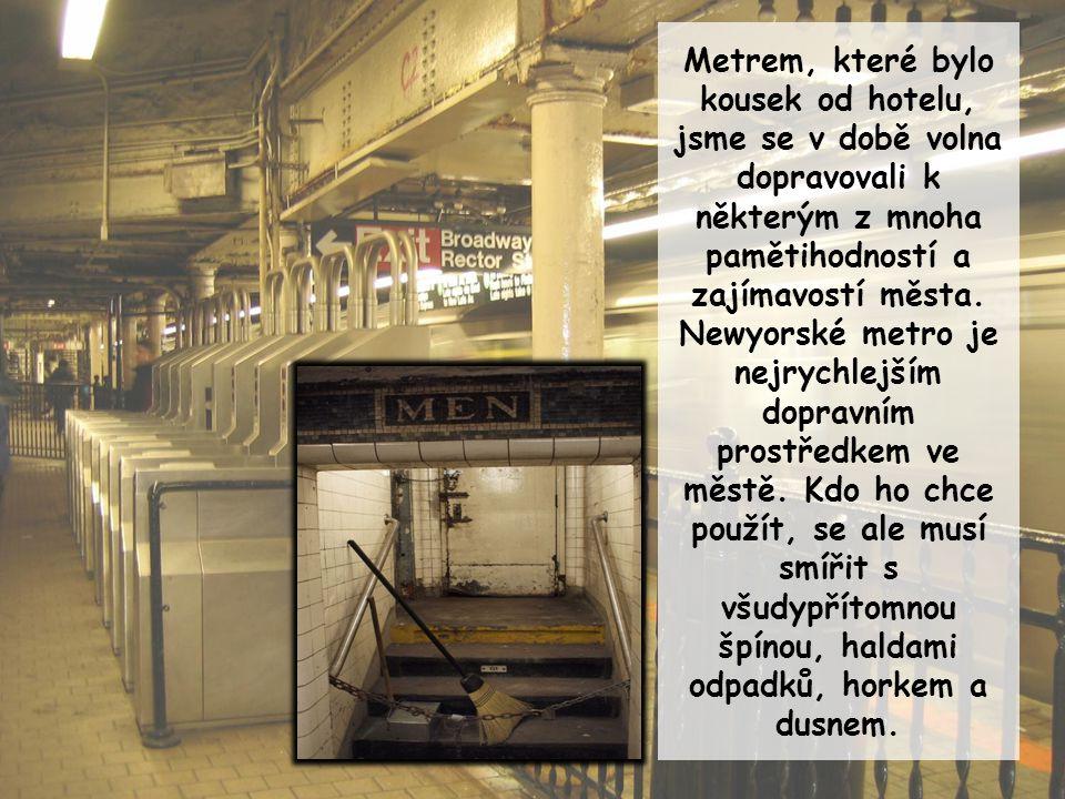 Metrem, které bylo kousek od hotelu, jsme se v době volna dopravovali k některým z mnoha pamětihodností a zajímavostí města. Newyorské metro je nejryc