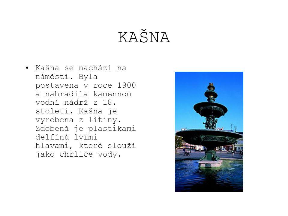 KAŠNA •Kašna se nachází na náměstí. Byla postavena v roce 1900 a nahradila kamennou vodní nádrž z 18. století. Kašna je vyrobena z litiny. Zdobená je