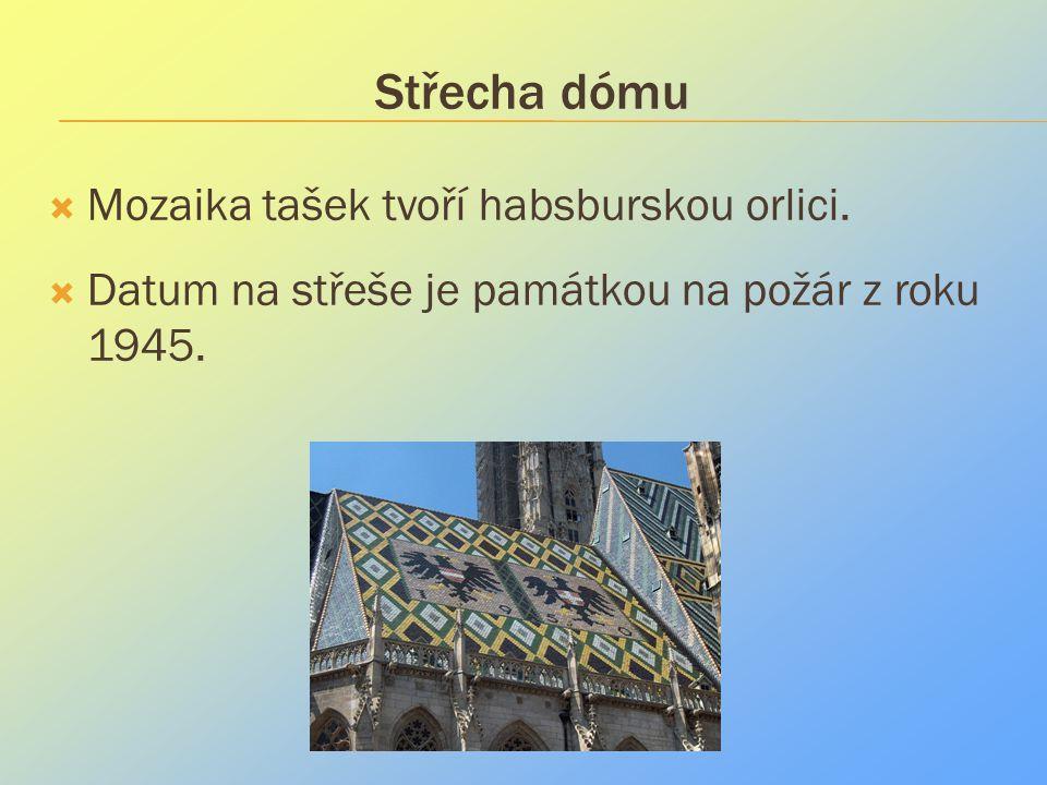Střecha dómu  Mozaika tašek tvoří habsburskou orlici.  Datum na střeše je památkou na požár z roku 1945.