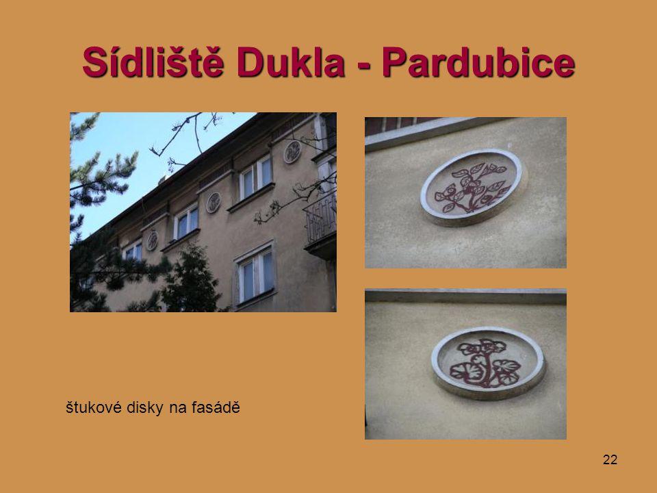 22 Sídliště Dukla - Pardubice štukové disky na fasádě
