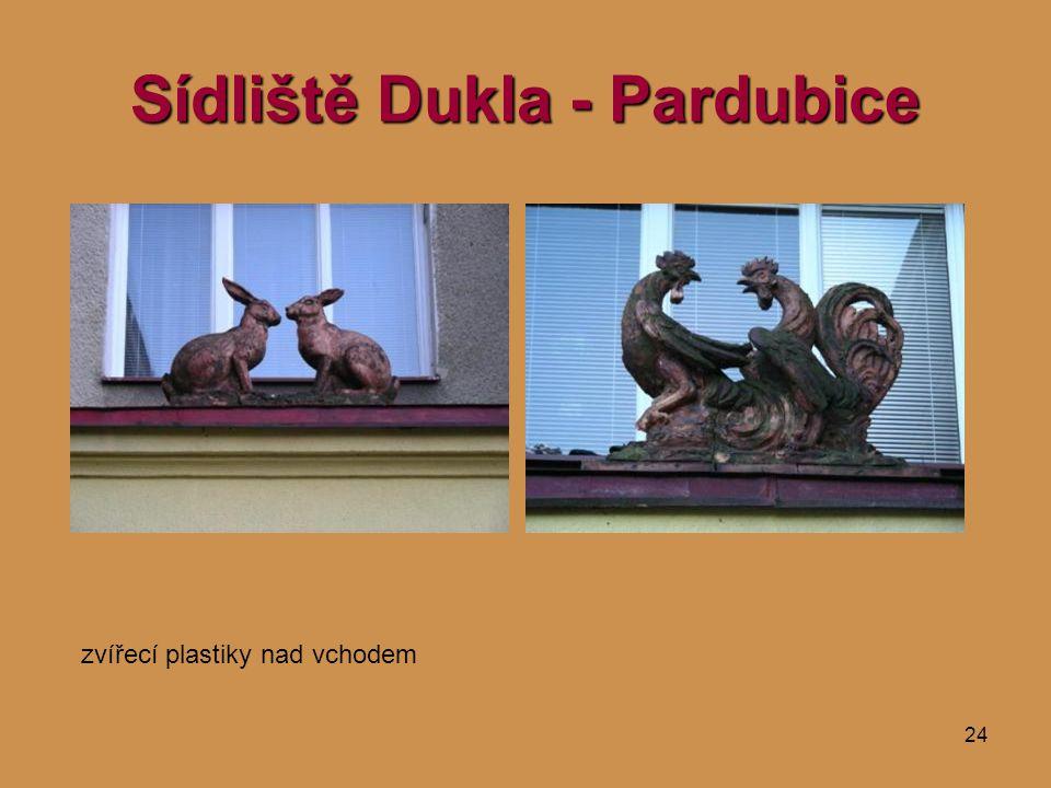 24 Sídliště Dukla - Pardubice zvířecí plastiky nad vchodem