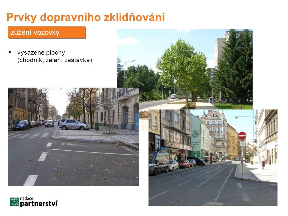 Prvky dopravního zklidňování zúžení vozovky  vysazené plochy (chodník, zeleň, zastávka)