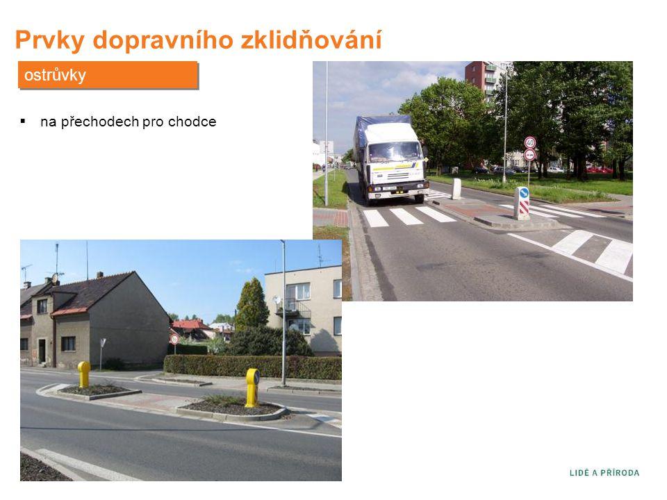 Prvky dopravního zklidňování ostrůvky  na přechodech pro chodce