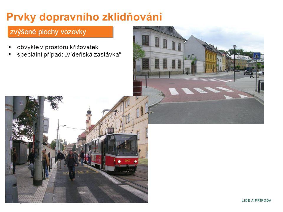 """Prvky dopravního zklidňování zvýšené plochy vozovky  obvykle v prostoru křižovatek  speciální případ: """"vídeňská zastávka"""""""
