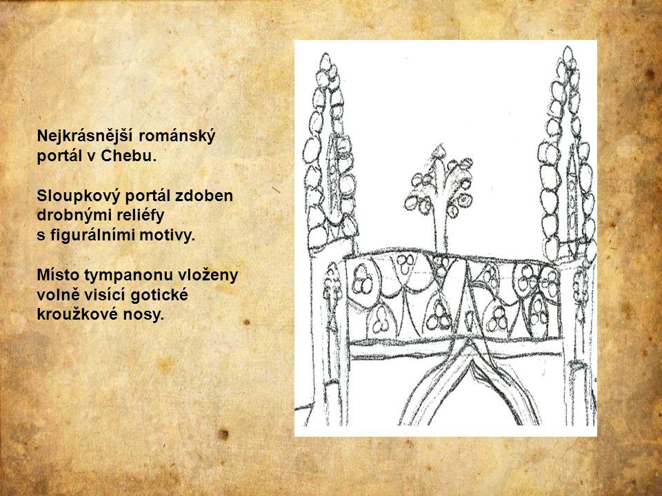 Nejkrásnější románský portál v Chebu. Sloupkový portál zdoben drobnými reliéfy s figurálními motivy. Místo tympanonu vloženy volně visící gotické krou