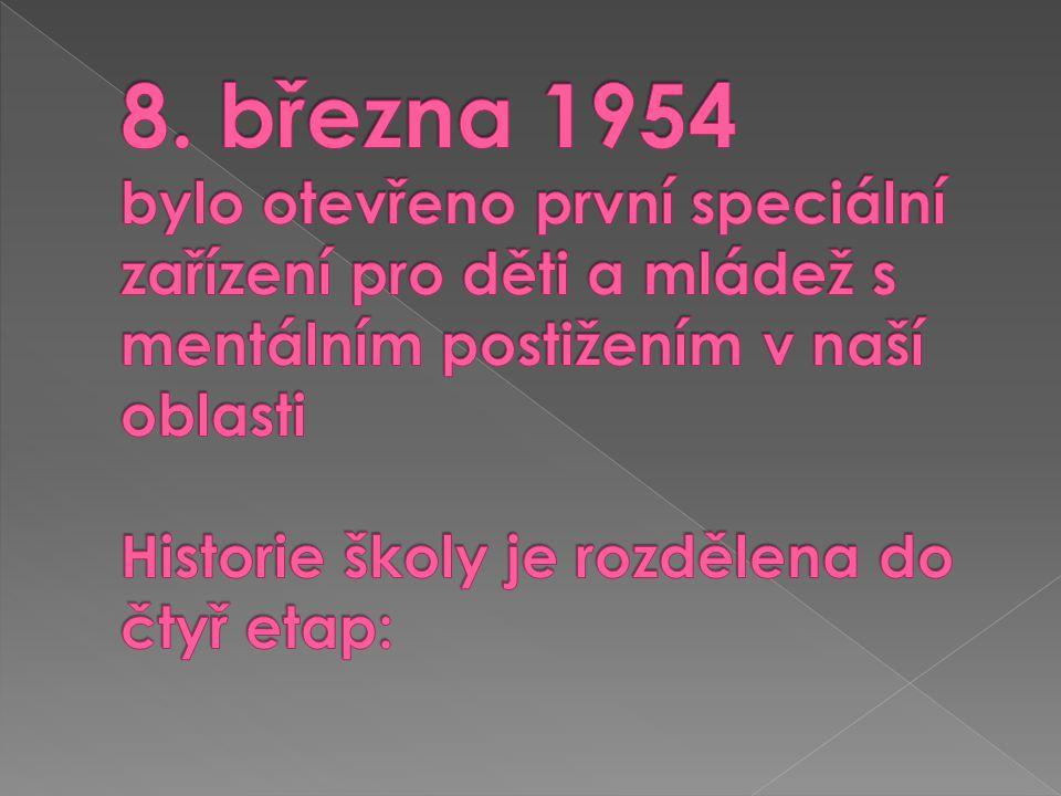  1946-1952 - výstavba národní školy  1954 – přízemí školy přebudováno pro potřeby Zvláštní školy internátní – zřizuje se jídelna, kuchyně, dvě ložnice, prádelna, koupelny, školní hřiště  8.3.1954 je zahájen provoz, ředitelem se stává Alois Rösner  Další ředitelé – Jindřich Slimáček, Vladimír Milec, Vladislav Fajt, Josef Šimoník