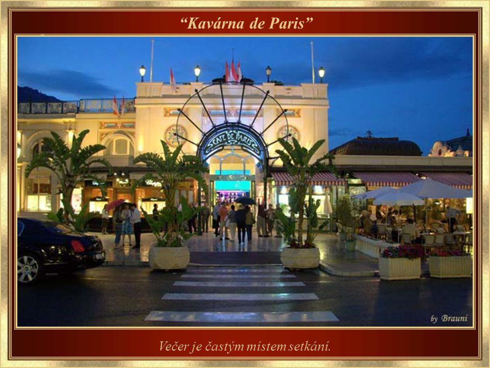 Kavárna de Paris Všichni jsou spokojeni a čtou si o tom, co se kde děje.