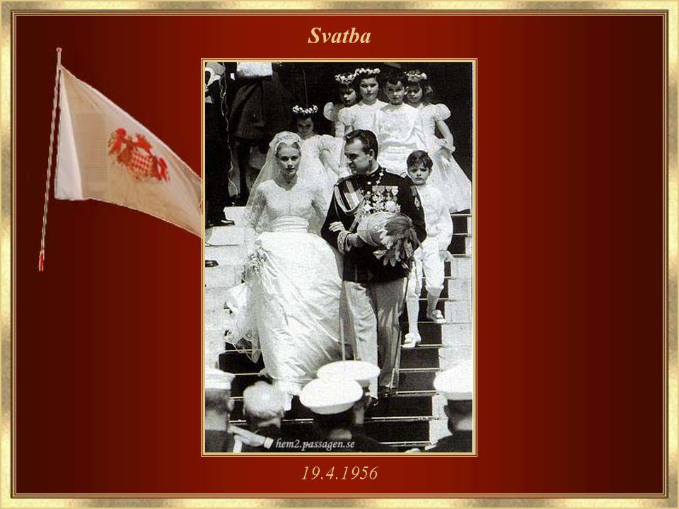 Společně s knížetem Rainierem III – 5.1.1956 Nošení květin bylo její legendární vášní – na snímku s orchidejí
