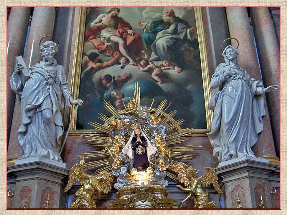 Hlavní oltář kostela se soškou Panny Marie